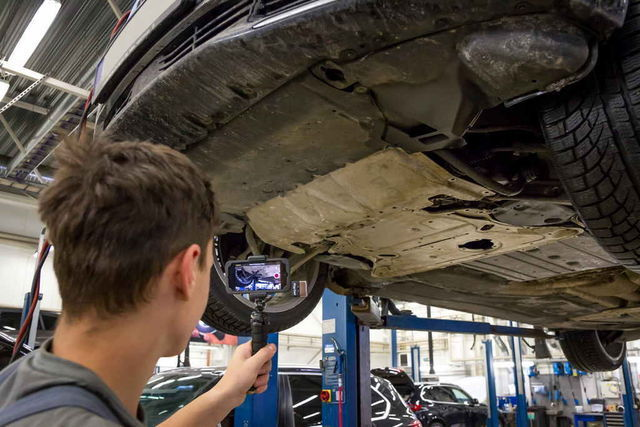 BMW esinduses tehakse autoomanikule sõiduki kontrollimisest videokokkuvõte. Pildi kvaliteet on nii hea, et isegi kummipuksi tekkinud praod on näha. Leitud vead märgitakse ka blanketile tähistatuna vastavalt tõsidusele eri värvidega. Foto: Pille Russi