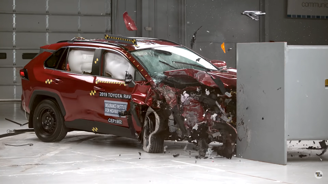 Toyota RAV4 avariitestis. Kaader: Youtube