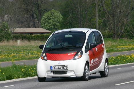 Elektriauto Mitsubishi i-MiEV sõidab vaikselt ja saastevabalt, vajab manööverdamiseks väga vähe ruumi ning mahutab vabalt neli sõitjat. Kui vaid poleks ähvardamas röögatut hinda.
