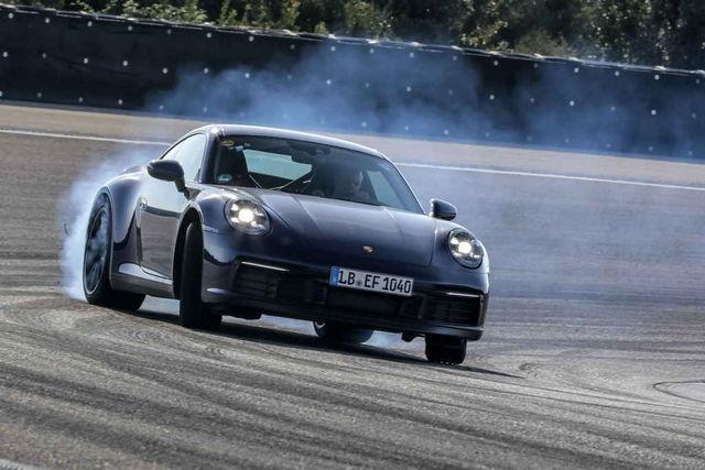 Porsche avaldas uue 911 fotod juba peaaegu täiesti maskeerimata kujul. Igal juhul jätkatakse välisdisainis konservatiivselt. Foto: Porsche