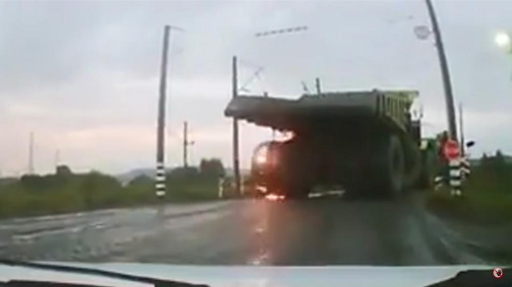 VIDEO: Belaz sõitis raudtee kõrgepingeliini
