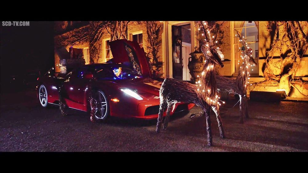 VIDEO: Moodne jõuluvana veab pakke Ferrariga